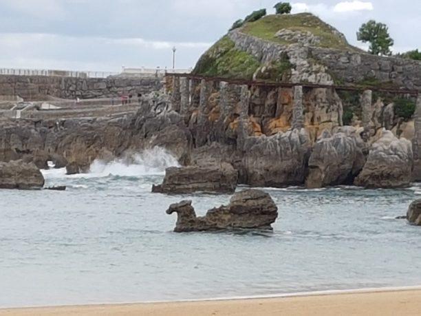 Roca en forma de camello en playa Santander